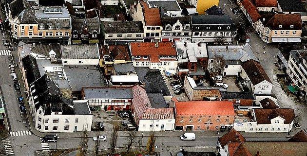 «Det er ren vandalisme å rive de gamle ærverdige byggene som allerede er i fin stand og i daglig bruk. Ramdahl-kvartalet inneholder flere gamle bygg med flott arkitektur som virkelig er verdt å bevare. Byggene utgjør en del av byens identitet», skriver Sondre Støen-Kvam i dette innlegget. (Foto: Jarl M. Andersen)