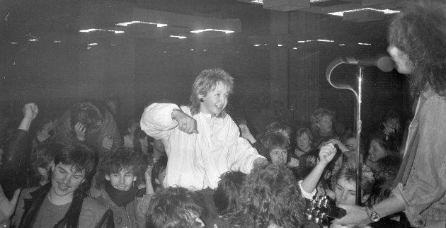 Russedans i Flora samfunnshus i 1988, med Stage Dolls. På bildet ser du mellom andre Eli Magnussen, Trond Teigene, Arild Solheim