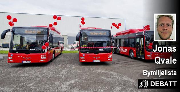 – Ikke noe å rope hurra for, mener Jonas Qvale om busstilbudet i Nedre Glomma.  Det må bli bedre for at folk skal få en grei hverdag med bompenger.