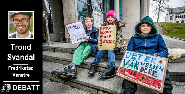 Klimastreiken har to  «etapper». På bildet ser vi Peder Elias Henriksen (11), Mathea Roos-Hauge (11) og Karelius Godal-Røvik (11) fra Rødsmyra skole som fredag demonstrerte utenfor rådhuset, mens kommende fredag, 22. mars, er den store streikedagen i Fredrikstad.