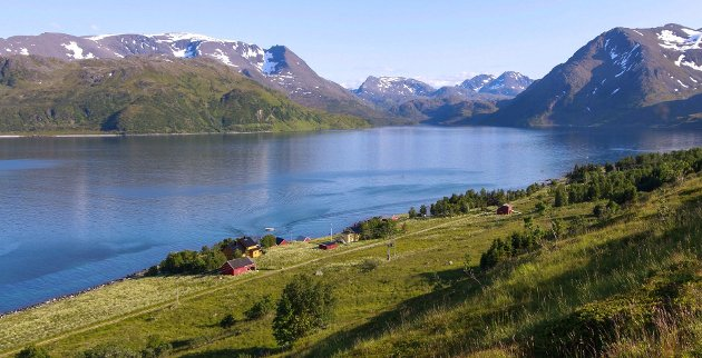 """Frakkfjord i Loppa, en av de urørte fjordene hvor det planlegges lakseoppdrett for å forske på hvordan dette påvirker torskestammen. """"Denne fjorden har lenge fått være i fred for andre enn lokalbefolkning og fiskere på grunn av sin utilgjengelighet. Den er et tilbakeblikk i hvordan livet i fjordene i Finnmark var før"""", skriver Cato Kristiansen."""