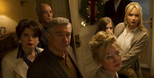JULESTJERNER: Det er tett om kjendisene i David O. Russells «Joy». FOTO: 20th Century Fox.