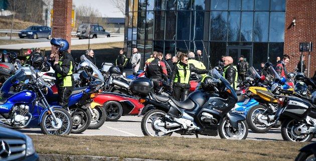 1. mai cruising gikk ikke helt etter planen da de ankom Obstomta etter endt kjøring. Da samlet det seg folk i hopetall og smittevernet var ikke i tankene.
