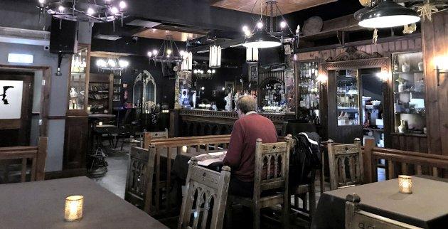 Gjennomført stil: Jekyll & Hyde har et mørkt, brunt og tungt interiør. Men den kreative lyssettingen gjør det til et innbydende opplyst lokale med mye atmosfære. Alle Foto: August og Petra
