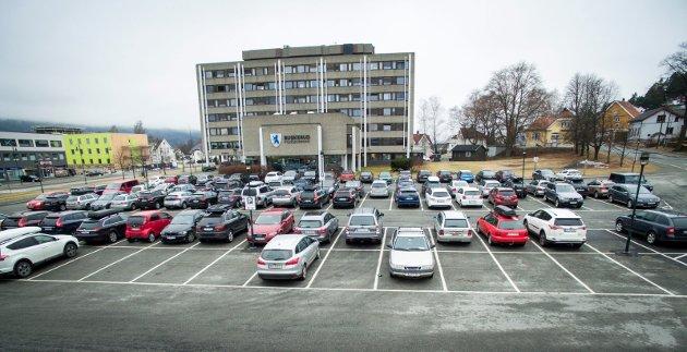 SYMBOLTUNGT: Den store parkeringsplassen utenfor fylkeshuset i Drammen er gratis og tilgjengelig for byråkrater og politikere som er en setnral del av Buskerudbyen. Det er et symboltungt bilde som fylkeskommunens folkevalgte sliter med å forsvare.