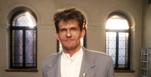 Historisk rettssak: HIV-smittede Henki Hauge Karlsen fotografert i forbindelse med behandlingen i Høyesterett i september 1988. Hauge Karlsen ble oppsagt fra restaurant Papillon i Fredrikstad på grunn av sin sykdom. Han fikk medhold da oppsigelsen ble kjent ugyldig. Arkivfoto: Erik Hagen