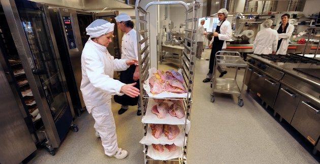 Fredrikstad kommunes sentralkjøkken. Det er slik matlaging som ikke kan gi velsmakende og bra mat til sykehjemsbeboere, ifølge Adolfsen og Syversen.