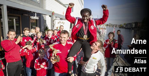 Inkludering og topp-prestasjon: Grace Bullen ble hedret av gode lagvenner etter hun kom hjem til Fredrikstad som europamester i bryting i mai i fjor. Her båret av trenere George Costin og Joachim Aardalen.
