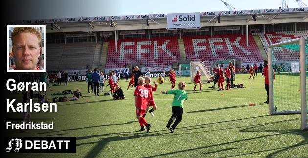 – I disse dager sitter nemlig poder ned i 11-årsalderen med sine foresatte i utviklingssamtaler med FFK-systemet, skriver Karlsen og mener breddeklubbene vil miste både spillere og ledere. På bildet er det yngre gutter som utfolder seg i cup på stadion.
