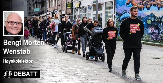 Walk for Freedom i Fredrikstad i oktober i fjorden. Julia Sandstø fra KrF i Oslo og Akershus sa i sin appell at 25 millioner mennesker i verden er, og blir, utsatt for menneskehandel.  Foran Emil Gauslaa, lokal arrangør i Fredrikstad.