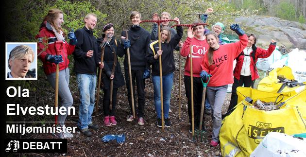 Dugnad er avgjørende for å rydde opp i gammelt søppel, skriver klima- og miljøminister Ola Elvestuen. Denne gjengen tok et tak for Skjærgårdstjenesten i Hvaler i mai 2015. Foto: Skjærgårdstjenesten