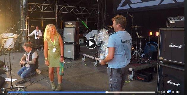 Trond Braaten var selv den som kalte Torill Frydenlund opp på scenen for å bli takket på siste dag av Månefestivalen.  Videoen må startes fra bildet i teksten, ikke fra dette bildet. Video: Vidar Kolstad