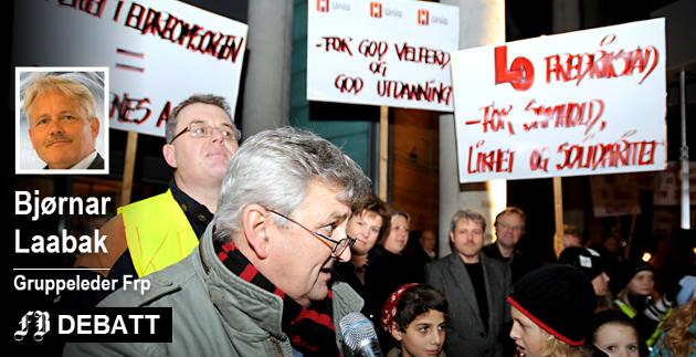 LO i Fredrikstad, under ledelse at Tore Leif Gundersen, demonstrerte mot kommunebudsjettet i november 2008 da de borgerlige styrte kommunen. Bjørnar Laabak mener LO kutt overfor svake grupper under dagens styre.
