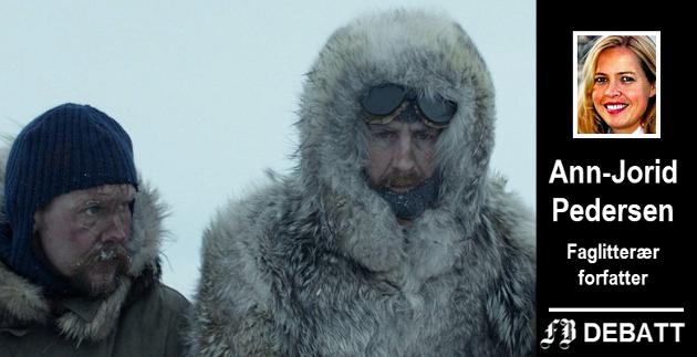 Kronikkforfatteren mener det er beskrivelsen Roald Amundsen, spilt av Pål Sverre Hagen, har gitt av seg selv som på mange måter har blitt nasjonalikonet Amundsen.  Til venstre  Glenn André Kaada som spiller Oscar Wisting.