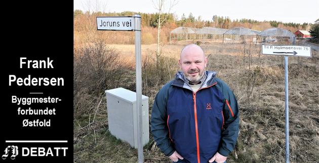 Frank Pedersen i Byggmesterforbundet Østfold fotografert i forbindelse med en tidligere sak i FB om arealplanen. Han synes det er helt urimelig at tomten bak ham, rett ved Paul Holmsens vei, ikke kan bygges ut.
