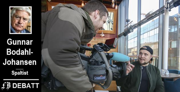 Lokal pris: Petter Larsson fra NRK Østfold intervjuet Stian Thorbjørnsen etter at han vant plankebærerprisen i januar i fjor – en lokalsak som ikke vil nå opp på lokalfjernsyn som omfatter Viken og Oslo?
