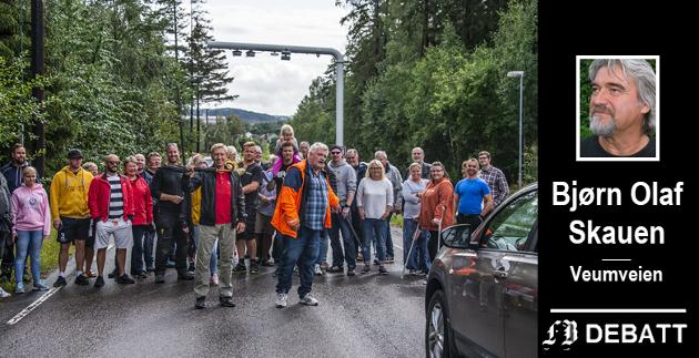 – Bom er negativt for samholdet i byen. For trivselen i byen. For fellesskapet borgerne i mellom, skriver Bjørn Olaf Skauen. Bilde fra demonstrasjonen ved bommen i Veumveien i august i fjor.