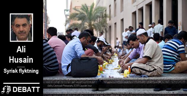 I de fleste arabiske og muslimske land organiseres det  fellesmåltid etter solnedgang under Ramadan. Bildet er fra en slik samling utenfor Stormoskeen i Dubai.