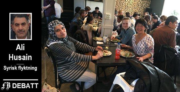 Hadie, Josefin og Gro Lise på Internasjonal Kafé på Røde Mølle i regi av Norsk Folkehjelp Fredrikstad. En gang i måneden kan man komme og spise mat fra ulike verdenshjørner. Alt er gratis og alle er velkommen!