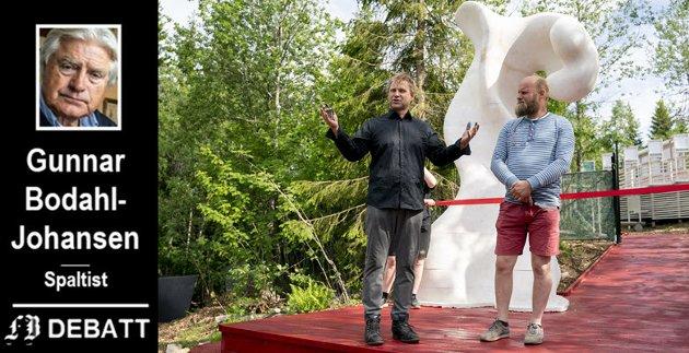 Kunstnerbrødrene Vebjørn og Eimund Sand har skapt malerier og «monumenter» som man etter Bodahl-Johansens mening trenger flere besøk for å fordøye.