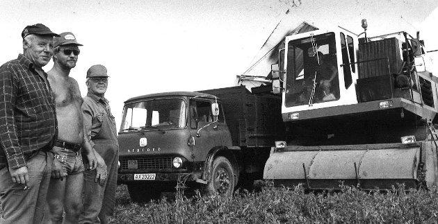 Ferietid er høstetid, her fra tresking av erter. Peder Kubberød (til høyre), Rygge. Juli 1984.