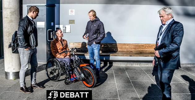 ALS-syke Geir Rugsveen Engen og brødrene Stian og Lars har møtt Fredrikstad-politikere på rådhuset, her i samtale med Frps Bjørnar Laabak som lovte å gjøre det han kan for å hjelpe familien.
