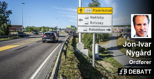 Ingen vei utenom: Her skal bomstasjonen på Rolvsøyveien bygges. Ordfører Jon-Ivar Nygård forstår folks frustrasjon, men skriver at det eneste han kan få gjort med det er å stanse veibyggingen og dermed all utvikling i Fredrikstad. Foto: Geir A. Carlsson