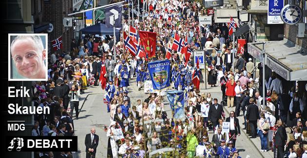 Strålende feiring av nasjonaldagen i Fredrikstad sentrum. Men Erik Skauen er redd for vinden som visker «Alle skoletogene skal samles i sentrum».