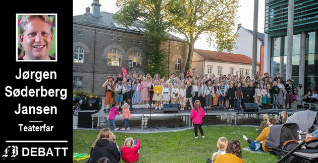 Scena utenfor rådhuset full av unger under Kulturnatt i september i år.  – Her skapes fremtidens skuespillere – og fremtidens publikum, skriver Søderberg Jansen.