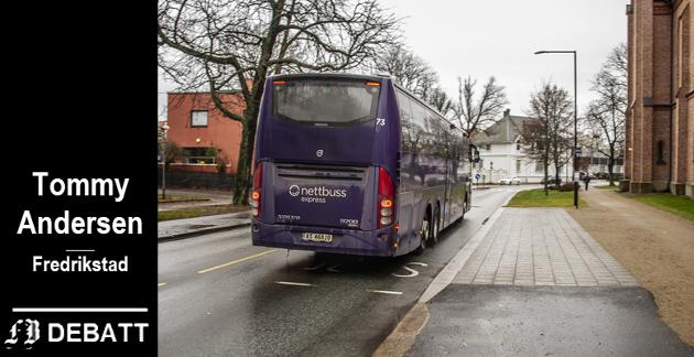 – Et av de verste stedene er utenfor domkirken i Fredrikstad. Her er det veldig mye trafikk og man skulle  tro   man ønsket at trafikken skulle flyte så bra som overhodet mulig, skriver Andersen om holdeplass der vi ser bussen på vei til byen.