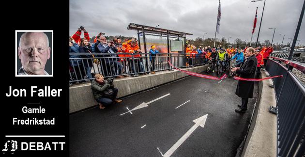 Utløste prishoppet. Da statssekretær Anders B. Werp åpnet ny vei og bru på Ørebekk 15. november, ble bomringen rundt Fredrikstad satt i drift og det ble nye betingelser og lavere rabatter for bommene på de to bruene til Kråkerøy.