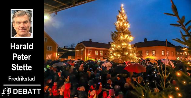 Juletreet har en sikker plass i norsk julefeiring. Harald Peter Stette forteller hvorfor det har blitt slik. På bildet ser vi stor oppslutning om tretenning i Gamlebyen.