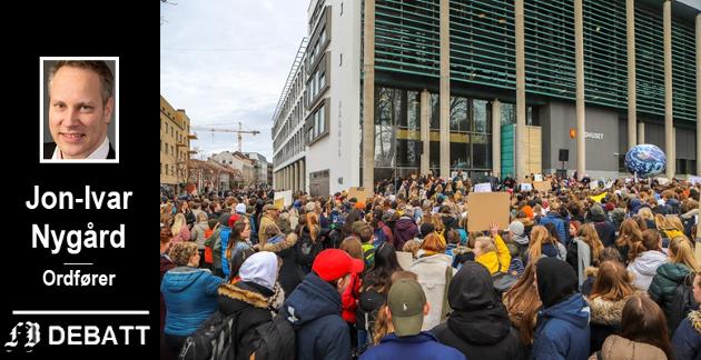 – 2019 har vært året da klimakampen fikk fornyet kraft, skriver Jon-Ivar Nygård, og mener  Greta Thunberg inspirerte til lokale skolestreiker slik bildet viser fra Fredrikstad.