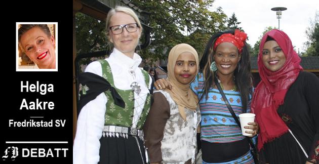 Helga Aakre argumenterer for fellesskap på tvers av grenser. Bildet er fra internasjonal dag arrangert av Fredrikstad internasjonale skole  og viser et utvalg av folkedrakter med (fra venstre) rektor Lin Sandhaug Ramberg, Akiny Eriksen, Saynab Mohamed og Mushtai Mohamed.