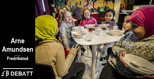 – Som de fleste kan se, så leker barn uten problemer med hverandre, inntil de voksne begynner å blande seg inn, skriver Amundsen. Bildet viser unge i multikulturelt og globalt fellesskap på klubben på Lisleby.