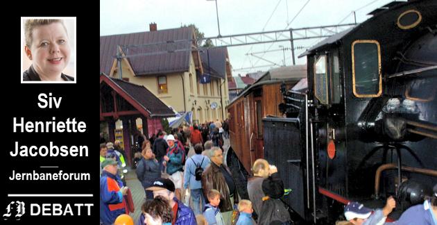 Lederen av Jernbaneforum appellerer om å se fremover ved jubileet. Da var det mer et tilbakeskuende jubileum for 15 år siden da et ekte damplokomotiv fra 1914 rullet inn på Fredrikstad stasjon med fløytesignal  lukten av brent koks.