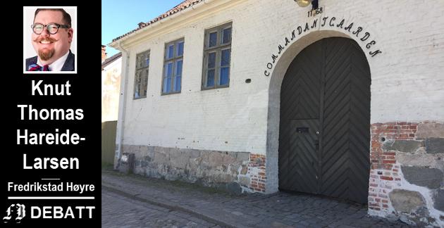 Kommandantgården i Gamlebyen, fotografert i juni  2017 da gårdeierforeningens Wiggo Andersen påpekte flere eksempler på manglende vedlikehold i en bildereportasje i Fredriksstad Blad. Det er ikke gjort noe med fasaden siden den gang.