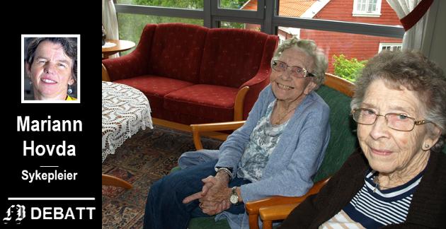 Rigmor Storjord og Solveig Martinsen trives godt i sin omsorgsbolig. Her sitter de og hygger seg i fellesstua.