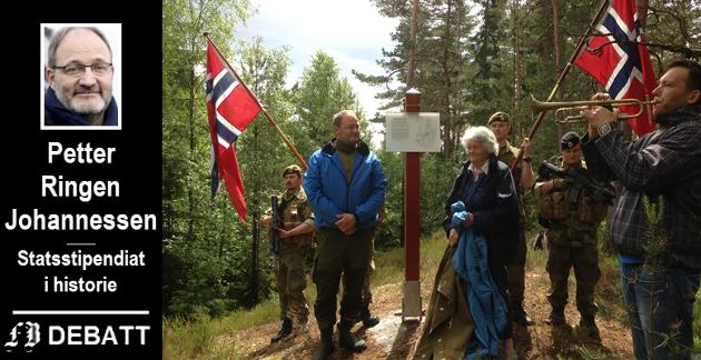 Lars Akers hustru Berit fikk i 2013 æren av å avduke en informasjonstavle på slippstedet der mannen med flere mottok våpen 26. februar 1945. Kronikkforfatteren til venstre. Heimevernets innsatsstyrke Polar Bear stilte med æresvakt og tavlen var dekket til med en fallskjerm som kom med slippet for 75 år siden.