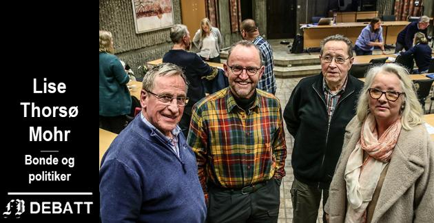 Hans Ek (til venstre) kom med ideen som Lise Thorsø Mohr (til høyre) her formidler. Sentrale under møtet var også gårdbruker Ottar Weel og gårdbruker og tidligere landbrukssjef Arne Ulfeng (i midten).