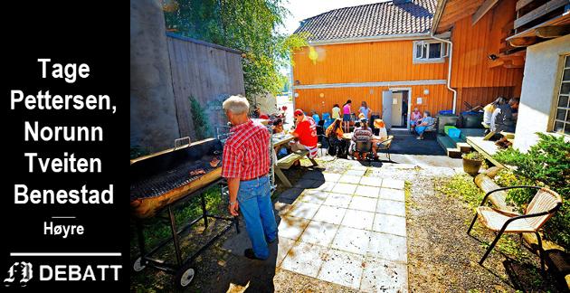 Frivillige tidgivere på Varmestua i Fredrikstad får et bevis på at innsatsen blir verdsatt under sommerfest med grilling.