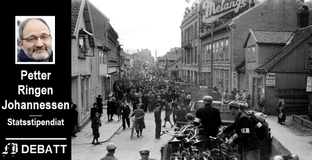 Frigjøringens dag to: «Gutta på skauen» kommer kjørende inn i Fredrikstad 9. mai. Bildet tatt nederst i Glemmengaten. Folkets Hus i bakgrunnen til høyre.
