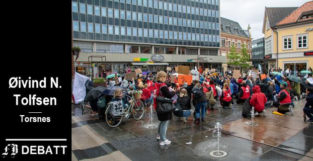 Tolfsen kaller helgens demonstranter overprivilegerte, egositiske, oppmerksomhetssyke og bortskjemte.  Bilde fra demonstrasjonen i Fredrikstad sentrum lørdag ettermiddag.