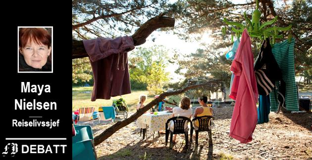 På Storesand er det teltplass som inviterer til ferie «som i gamledager». – Camping har blitt den nye charterferien, og alle skal henge i trærne eller på tur i båt eller bobil, forteller Maya Nielsen.