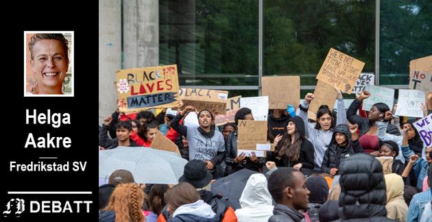 Over 100 ungdommer samlet seg til demonstrasjon mot rasisme og politivold lørdag ettermiddag.