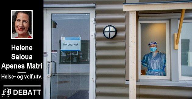 – Det er verdt å nevne at Fredrikstad kommune fikk opp å gå et koronasenter på svært kort tid hvor vi både utfører tester (straks opp til 600 tester i uka) og hvor man tar imot svært mange telefoner per dag, heter det i  innlegget. På bildet hjelpepleier Marina Lazarevic ved koronasenteret.