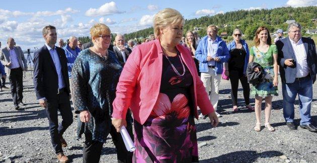 Venstre-leder Trine Skei Grande (bak) forhandler om regjeringsmakt. Foto: Beate Kold Hansen