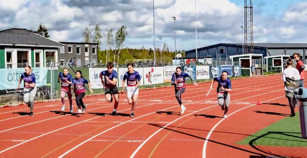 TINESTAFETTEN: Startskuddet går for syv lag fra niende trinn på Ås ungdomsskole.