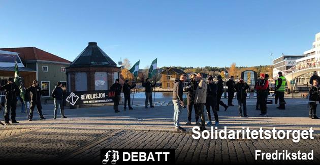 Demonstranter fra Den nordiske motstandsbevegelsen på Fiskertorget i Fredrikstad lørdag formiddag. I innlegget heter det at de oppfordrer til vold og drap på medmennesker.