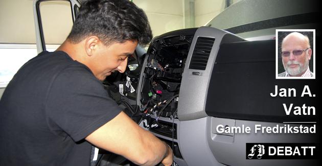 Ali Hassan Alhilali hos Dahle Auto ettermonterer DAB i en bil. Jan A. Vatn opplyser i innlegget at DAB+ bilradioer i nye biler for all fremtid vil være ekstrautstyr til en kostnad på 2.000 til 4.000 kroner pr. bil.
